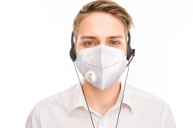 Close-up portret atrakcyjnego zdrowego blond faceta noszącego maskę zestaw słuchawkowy cov mers udzielając konsultacji zdalne wsparcie cov mers środki zapobiegawcze na białym tle kolor