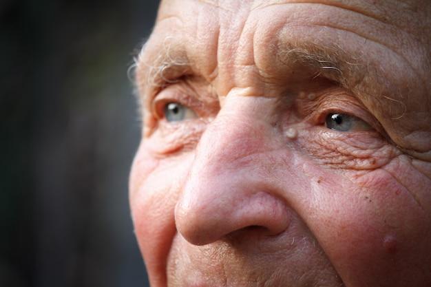 Close-up portret bardzo starego człowieka