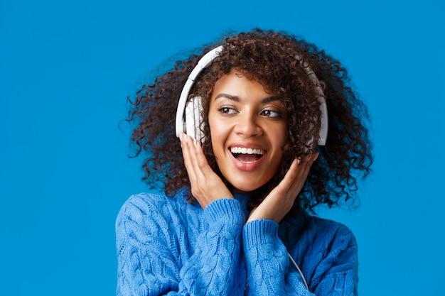 Close-up portret bezczelny i beztroski szczęśliwy uśmiechnięta afroamerykańska nowoczesna dziewczyna gen-z