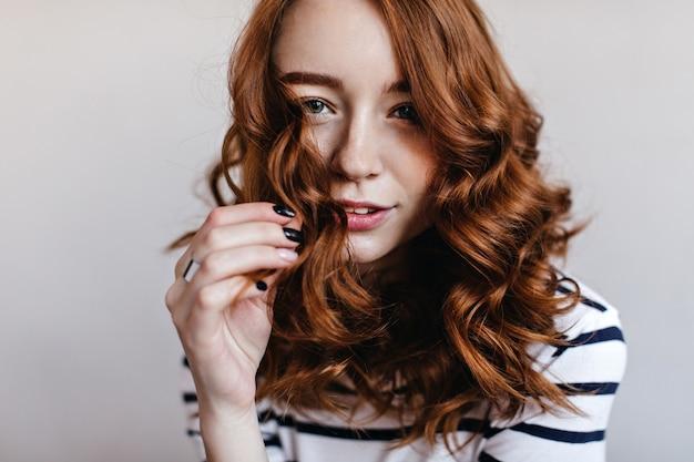 Close-up portret blithesome kobiety z czarnym manicure nosi elegancki srebrny pierścionek. kryty strzał uroczej dziewczyny imbir.