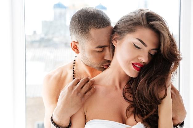 Close-up portret dwojga kochanków patiat razem całujących się w pomieszczeniu