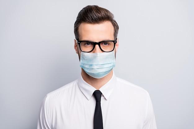 Close-up portret jego poważny biznes facet pracodawcy noszenie gazy maska bezpieczeństwa stop infekcji pandemia cov mers wirusowy zespół zapalenie płuc opieka zdrowotna na białym tle szary kolor tła