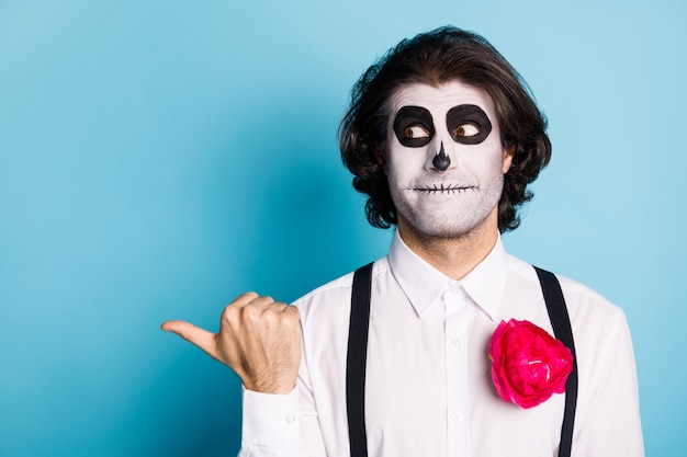 Close-up portret jego przystojny demoniczny przerażający facet pokazujący kopię miejsce ogłoszenie porady wygląd pomysł jak podążaj zasubskrybuj produkt na białym tle jasny żywy połysk żywy niebieski kolor tła
