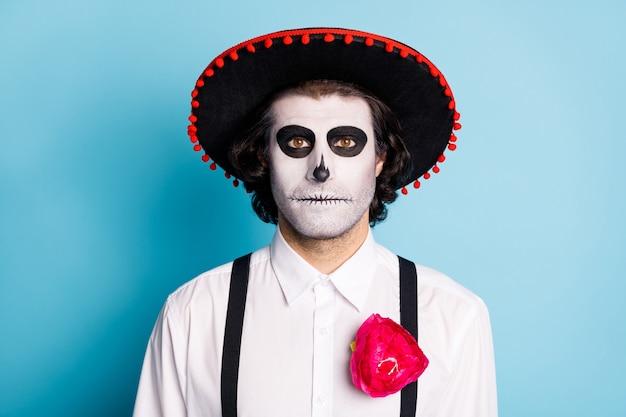 Close-up portret jego przystojny przerażający dżentelmen caballero sobie sombrero santa muerte uroczystości festal temat imprezy na białym tle jasny żywy połysk żywy niebieski kolor tła