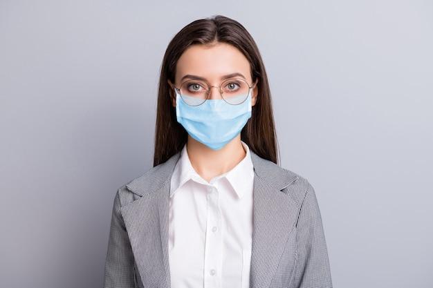 Close-up portret jej atrakcyjna biznesowa dama nosząca gazę ochronną maskę pobyt w domu mers cov zapobieganie wirusowe choroby układu oddechowego choroba objaw na białym tle szary kolor tła