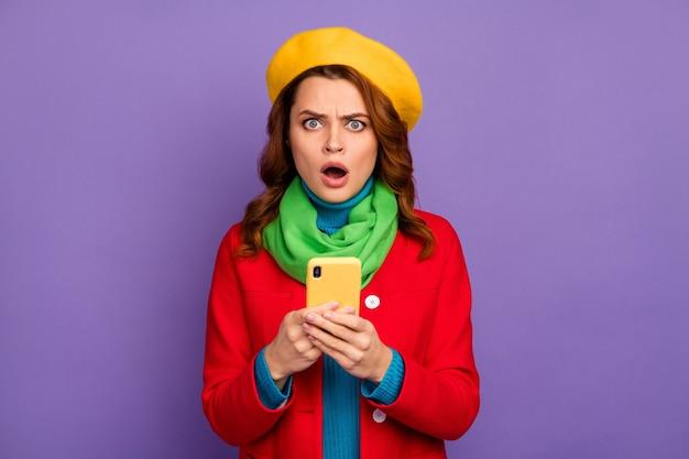Close-up portret jej jest ładna, atrakcyjna, śliczna, urocza, oburzona, rozczarowana, falista dziewczyna za pomocą cyfrowego przeglądania komórek na białym tle nad fioletowym liliowym fioletowym pastelowym kolorem tła