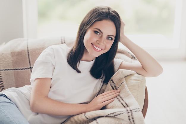 Close-up portret jej ładnej atrakcyjnej całkiem zdrowej wesołej wesołej brązowowłosej dziewczyny leżącej na łóżku kanapie odpoczynek homey komfort życia sen w świetle domu w pomieszczeniu