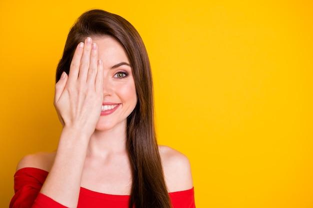 Close-up portret jej ładnej atrakcyjnej słodkiej wesołej brązowowłosej dziewczyny zamykającej jedno oko sprawdzanie wzroku kopia przestrzeń na białym tle nad jasnym żywym połyskiem żywy żółty kolor tła