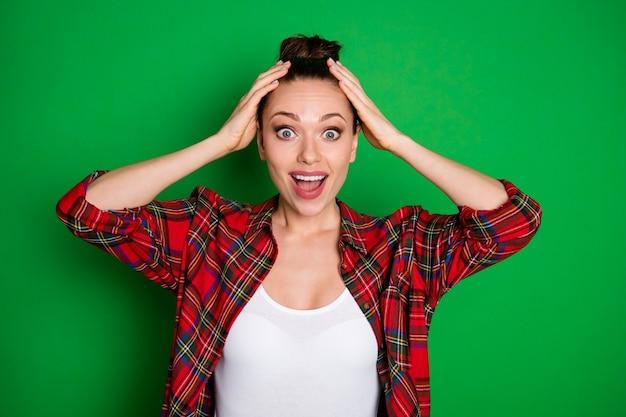 Close-up portret jej ładnej atrakcyjnej wesołej wesołej zdumionej dziewczyny w kraciastej koszuli świetne wiadomości loterii wygraj zwycięzcę kasyno online zakład na białym tle na jasny żywy połysk żywy zielony kolor tła