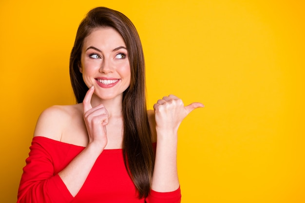 Close-up portret jej ona atrakcyjna sympatyczna śliczna przepiękna ciekawa wesoła brązowowłosa dziewczyna demonstrująca copyspace pomysł rozwiązanie na białym tle jasny żywy połysk żywy żółty kolor tła