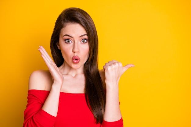 Close-up portret jej ona atrakcyjna sympatyczna wspaniała zdumiona brązowowłosa dziewczyna demonstrująca copyspace fajne dobre rozwiązanie wydęcie warg na białym tle jasny żywy połysk żywy żółty kolor tła