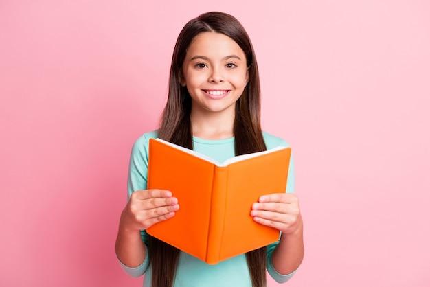 Close-up portret jej ona ładna atrakcyjna całkiem urocza pewność wesoła wesoła długowłosa dziewczyna czytająca akademicki temat książki na białym tle nad różowym pastelowym kolorem tła