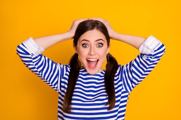 Close-up portret jej ona ładna atrakcyjna ładna urocza szczęśliwa zdumiona zadowolona wesoła wesoła brązowowłosa uczennica dostała świetne wieści odizolowane na jasnym żywym połysku żywy żółty kolor tła