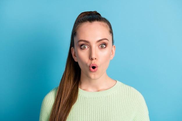 Close-up portret jej ona ładna atrakcyjna urocza wesoła zdumiona brązowowłosa dziewczyna wiadomości reakcja nadąsik wargi sprzedaż rabat na białym tle nad jasny żywy połysk żywy niebieski kolor tła