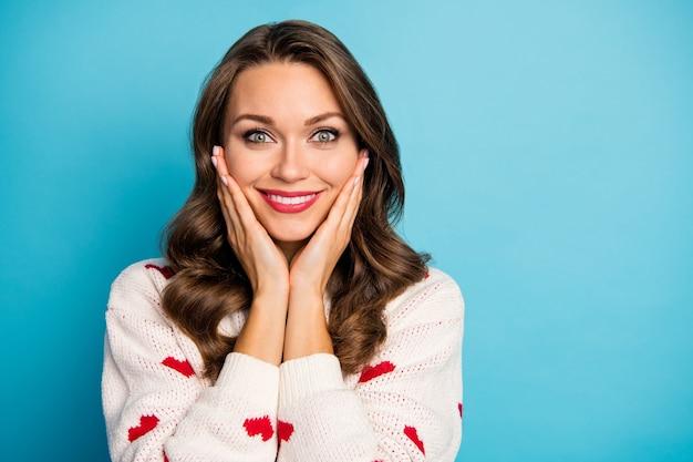 Close-up portret kochana urocza kobieca śliczna wesoła dziewczyna ciesząca się dobrą wiadomością świąteczny nastrój