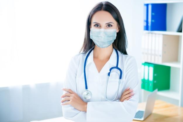 Close-up portret ładnej atrakcyjnej pani lekarza w masce ochronnej z gazy ncov mers ncov zapalenie płuc odporność choroba choroba choroba pierwsza pomoc pomoc terapia w biurze pogotowia ratunkowego