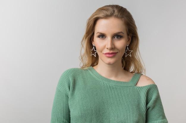 Close-up portret młodej atrakcyjnej pewnej siebie seksownej kobiety, styl casual, stylowe kolczyki, zielony sweter, niezależny, odizolowany, patrząc w kamerę, patrząc w kamerę, naturalny makijaż