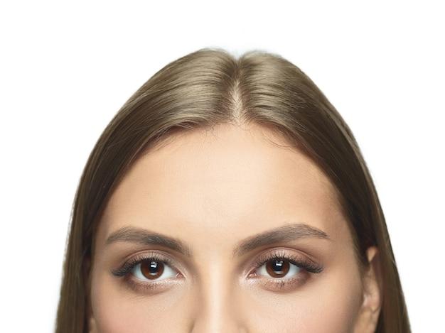 Close-up portret młodej kobiety oczy bez zmarszczek. modelka o zadbanej skórze. pojęcie zdrowia i urody kobiet, kosmetologii, kosmetyki, samoopieki, pielęgnacji ciała i skóry. przeciw starzeniu.