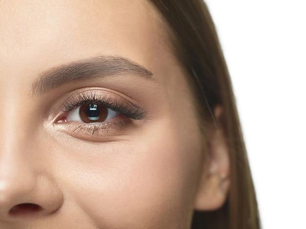 Close-up portret młodej kobiety oko bez zmarszczek. modelka o zadbanej skórze. pojęcie zdrowia i urody kobiet, kosmetologii, kosmetyki, samoopieki, pielęgnacji ciała i skóry. przeciw starzeniu.
