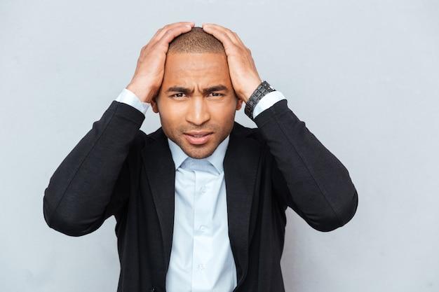 Close-up portret nieszczęśliwego zdenerwowanego faceta biznesmena na białym tle