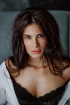 Close-up portret pięknej młodej kobiety brunetka