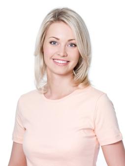 Close-up portret pięknej, uśmiechniętej młodej kobiety z uśmiechem toothy