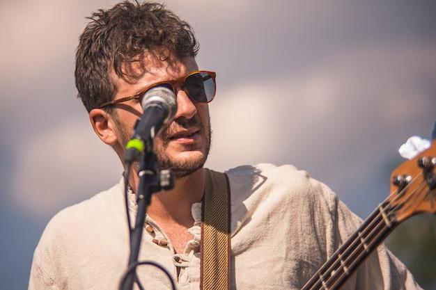 Close-up portret piosenkarza rockowego występującego na żywo