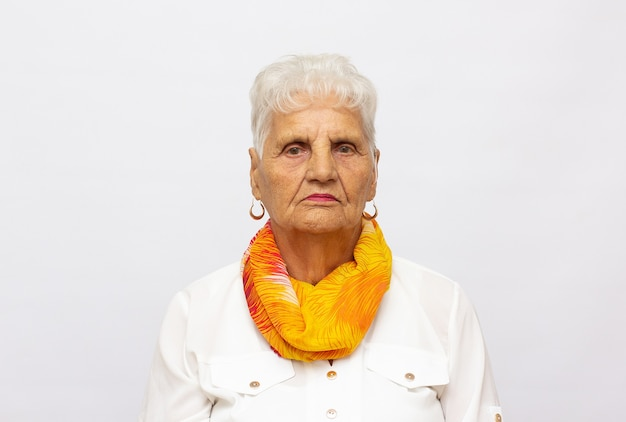 Close-up portret starszej kobiety na białym tle w studio