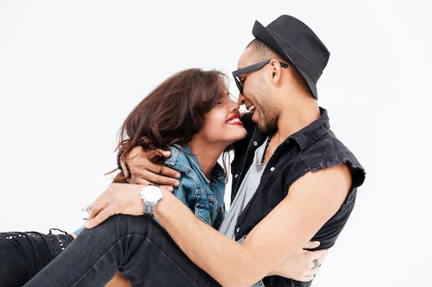 Close-up portret stylowej pary zakochanych na białym tle
