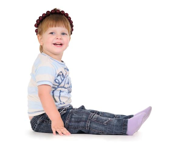 Close-up portret uroczego chłopca na białym tle