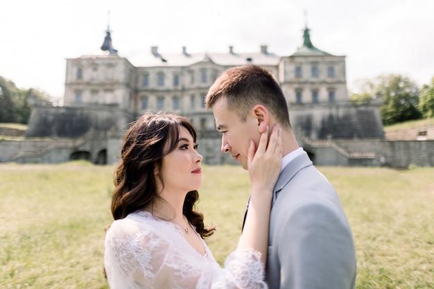 Close-up portret uroczej i modnej chińskiej pary ślubnej w miłości