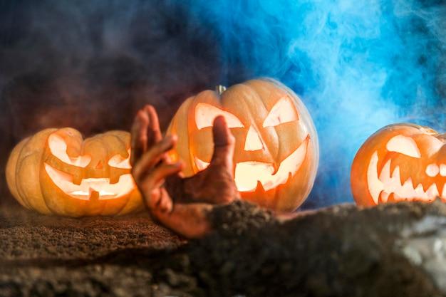 Close-up przerażająca dłoń z rzeźbionymi baniami