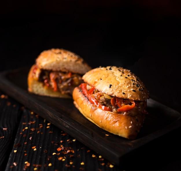 Close-up pyszne kanapki z wołowiną z grilla