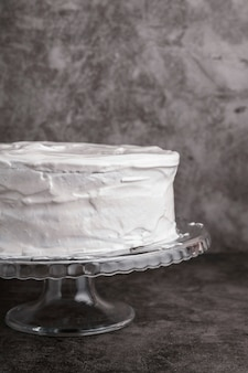Close-up pyszne przeszklone ciasto na stole