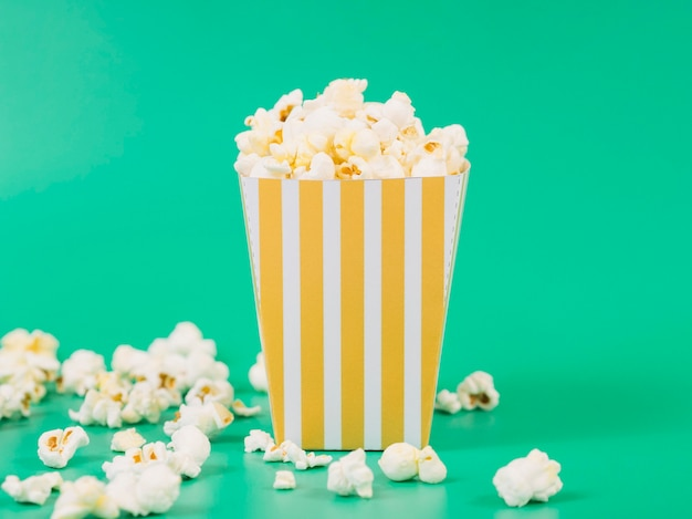 Close-up pyszne pudełko popcornu gotowe do podania