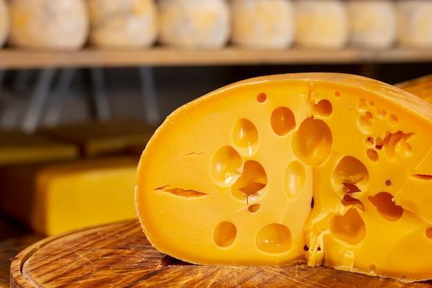 Close-up pyszny plasterek szwajcarskiego sera