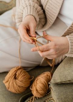 Close-up ręce na drutach z przędzy
