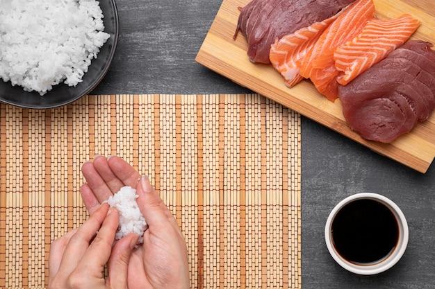 Close-up ręce trzymając ryż