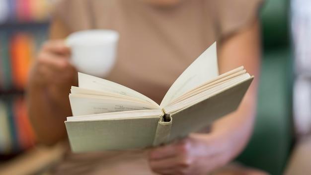 Close-up ręka trzyma książkę
