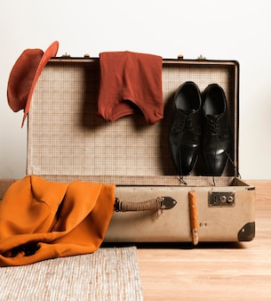 Close-up retro walizka z przypadkowymi ubraniami