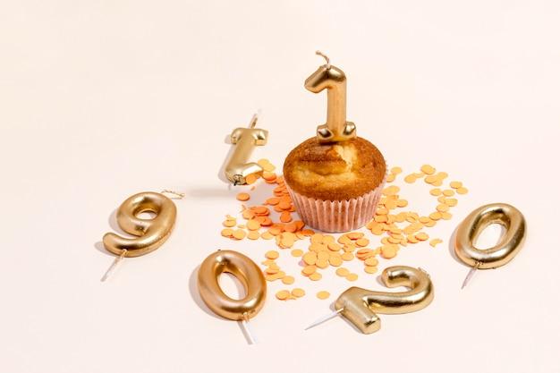 Close-up rocznicowa babeczka na stole
