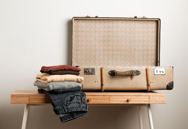 Close-up rocznika walizka z przypadkowymi ubraniami