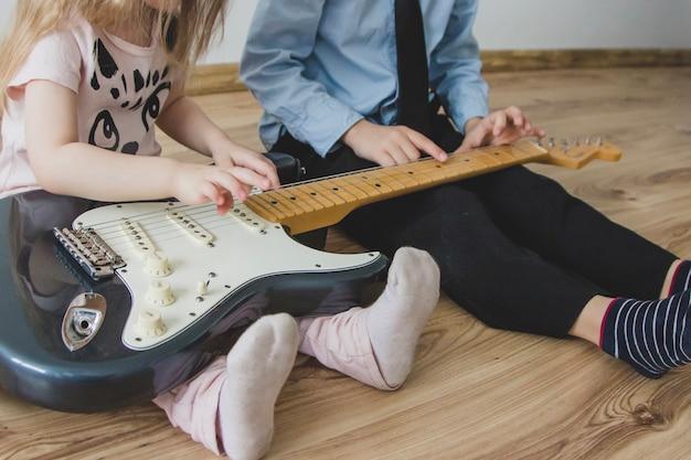 Close-up rodzeństwa z gitarą