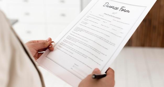 Close-up rodzic trzyma formularz rozwodowy