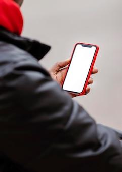 Close-up rowerzysta za pomocą swojego telefonu komórkowego