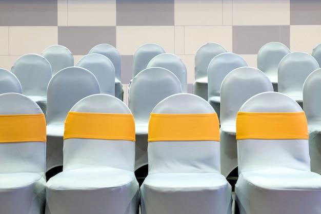 Close-up rząd pustych krzeseł w sali konferencyjnej na seminarium biznesowe
