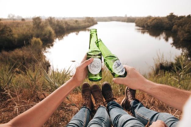 Close-up siedzi para pije piwo