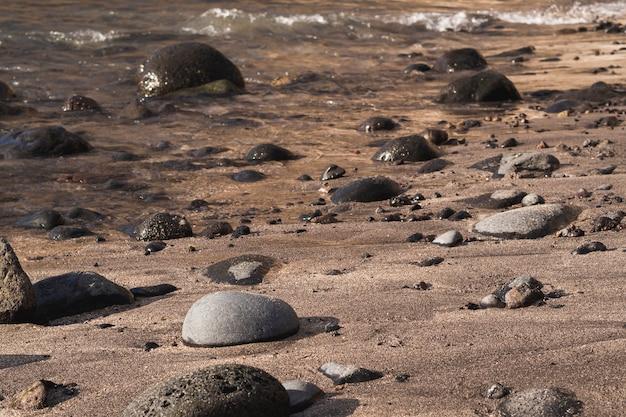 Close-up skały na dzikiej plaży