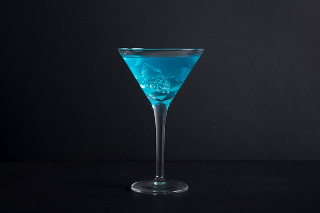 Close-up słodki napój alkoholowy gotowy do podania