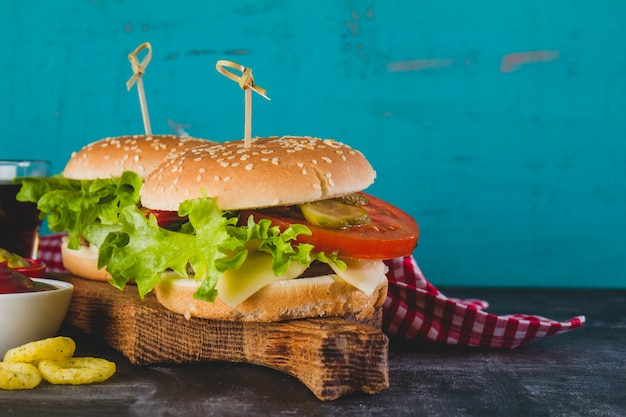Close-up smaczne hamburgery z sałatą